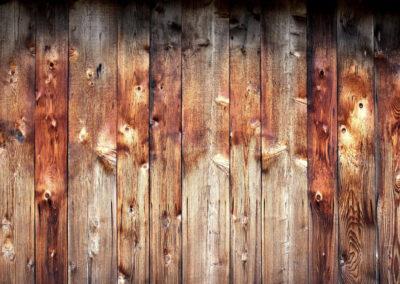 Planches de bois de granges brunes et rouges