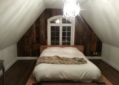 Mur de chambre de planches de bois de granges brunes et rouges