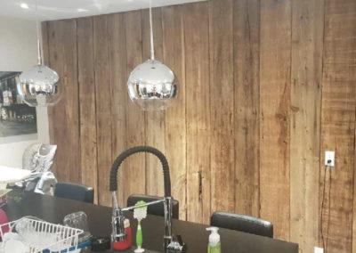 Mur de cuisine fait de planches de bois de grange brunes