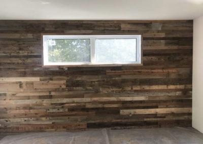Mur de chambre bois de grange mixte avec fenêtre